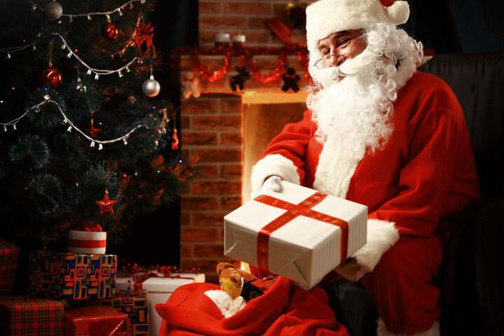 Der Nikolaus hat für die Kleinen am Samstag auf dem Wintermarkt einige Überraschungen dabei.