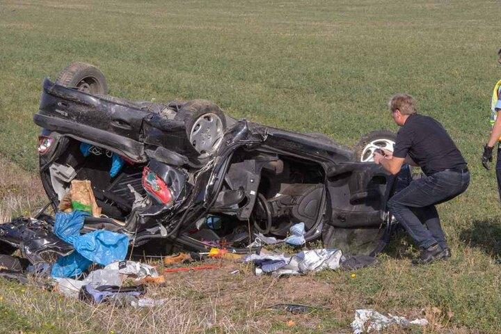 Der Fahrer ist noch vor Ort an seinen Verletzungen gestorben.