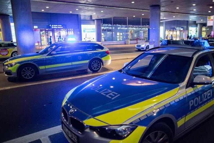 Streifenwagen der Polizei stehen vor dem Flughafengebäude
