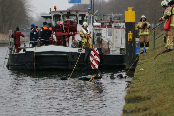 Um das Fahrzeug aus dem Wasser zu heben, musste der Wagen erstmal ans Ufer getrieben werden.