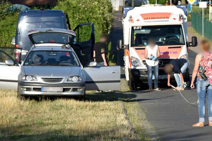 Polizeibeamte der Spurensicherung vermessen den Tatort, wo in einem Auto (l) der lebensgefährlich verletze Täter gefunden wurde..