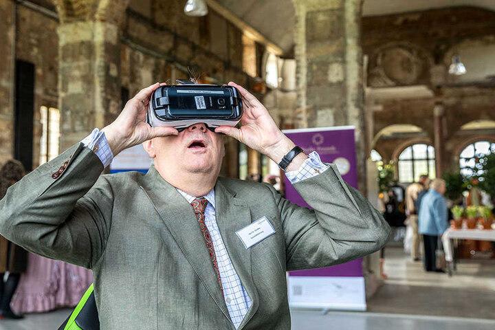 Schlösserland-Chef Christian Striefler (54) schaut mit der VR-Brille in die  verschiedenen Epochen von Schloss Rochlitz.