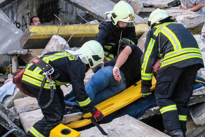 """Die Feuerwehr übernahm die Erstversorgung der """"Verletzten""""."""