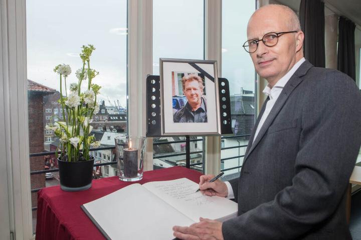 Bürgermeister Peter Tschentscher trägt sich ins Kondolenzbuch für Jan Fedder ein.