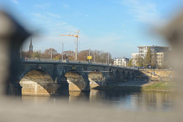Die Albertbrücke wurde frisch saniert, der Sandstein mit einer  Sonderschutzschicht gegen Graffiti  versehen. Foto:
