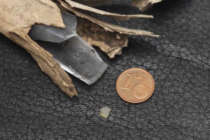 Bei der Explosion traf das Auge des Jugendlichen dieser etwa fünf Millimeter große Plastiksplitter (unten).