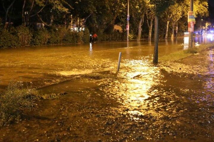 Durch den Rohrbruch wurde die gesamte Hauptverkehrsstraße unter Wasser gesetzt.