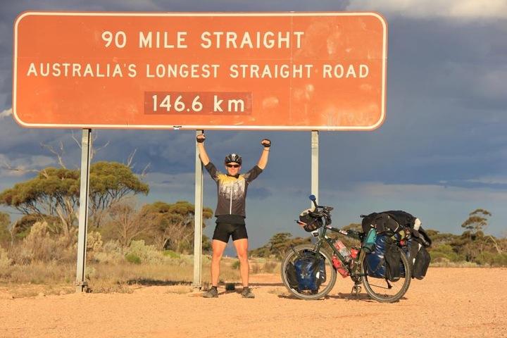 In Australien radelte Stefan immer geradeaus - auf der mit 146,6 Kilometer  längsten Schnurgerade-Piste.