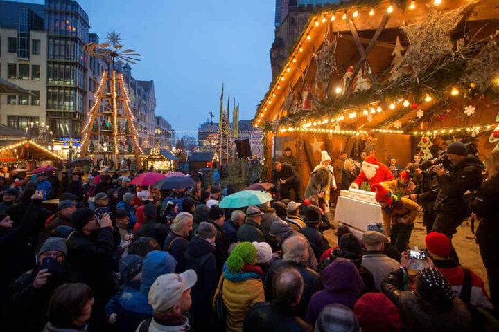 Trotz Schmuddelwetter herrschte beim traditionellen Stollenanschnitt dichtes Gedrängevor der Bühne. OB Barbara Ludwig (56, SPD) brachte den Zehn-Kilo-Stollen unter die Leute.