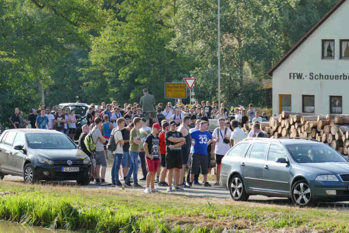"""Mehrere Hundert Menschen nahmen an der Hass-Demo gegen den """"Drachenlord"""" teil."""