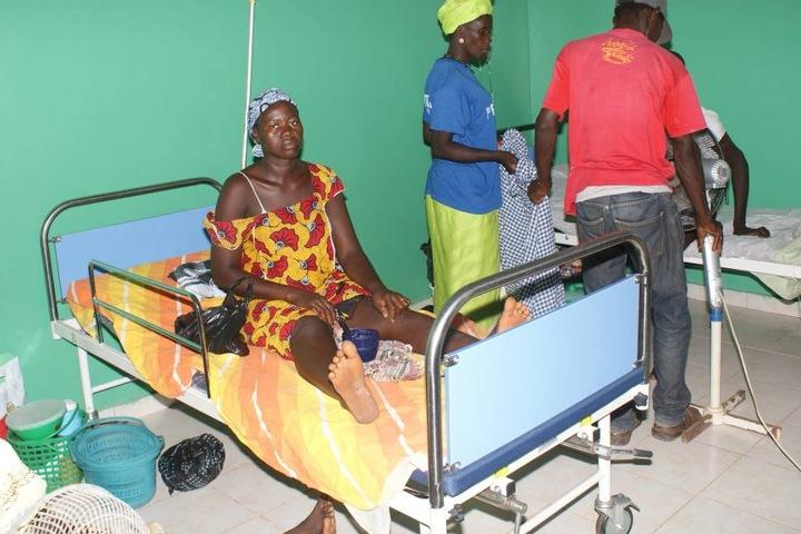 In Télimélé hilft Kleinstadtcarrie beim Bau einer Krankenstation.