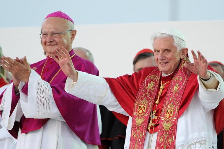 Robert Zollitsch (l) nebst Papst Benedikt XVI (r) im Jahr 2011.