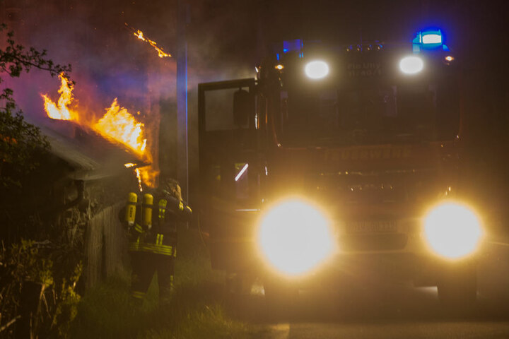 Nur kurze Zeit später brannte es wenige Kilometer entfernt an einer Scheune. Die Feuerwehr konnte einen Großbrand verhindern.