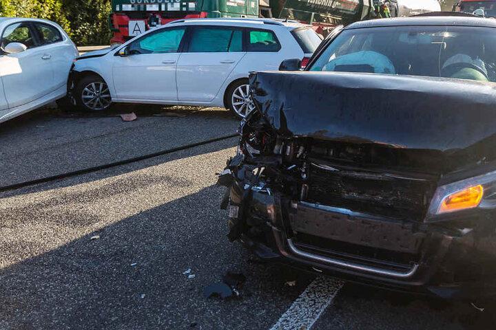 Mehrere Autos wurden ineinander geschoben.