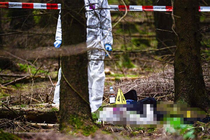 Neben der weiblichen Leiche wurden mehrere Flaschen gefunden.