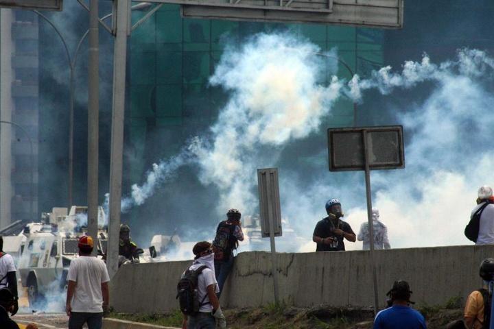 Neben den zwölf Toten und elf Verletzten im Gefängnis, forderte der blutige Machtkampf, der gerade in Venezuela tobt, am Mittwoch zwei weitere Todesopfer.