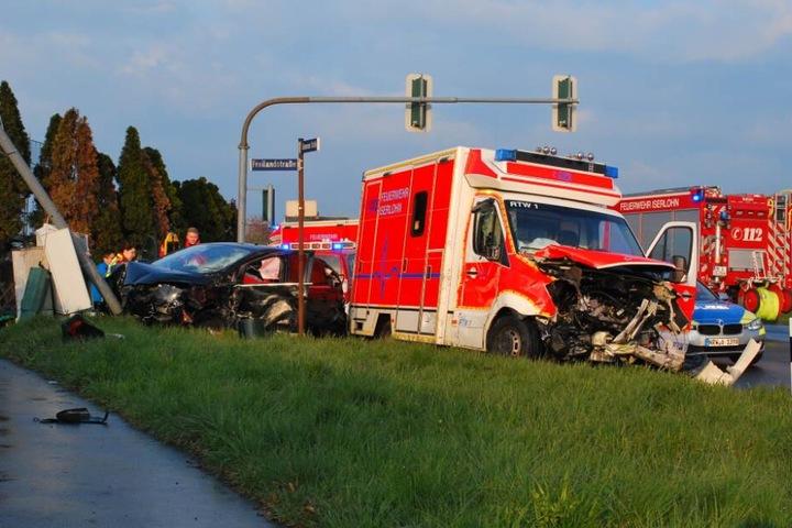 Der Motorraum des Rettungswagens wurde sehr stark eingedrückt.