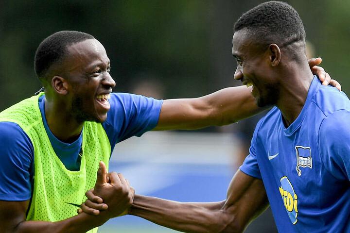 Stets gut gelaunt: Dodi Lukebakio (l) und Salomon Kalou (r) beim Training.