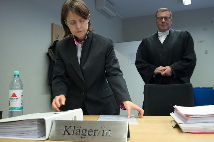 Die Klägerin Karin Kaiser und ihr Rechtsanwalt Hans Simon stehen im Gerichtsaal des Landesarbeitsgerichtes.