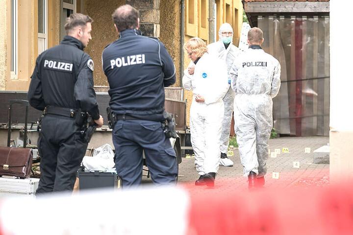 Die Mordkommission sicherte in der Nacht und am Freitag am abgesperrten Tatort an der Stetzscher Straße Spuren.