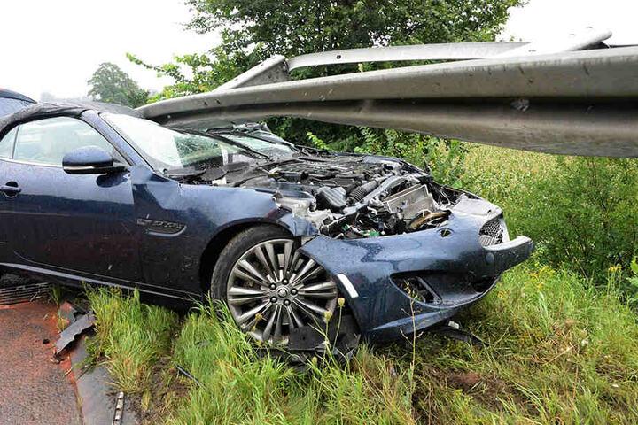 Der Jaguar schleuderte über alle Fahrstreifen und blieb mit der Front unter der Leitplanke stecken.
