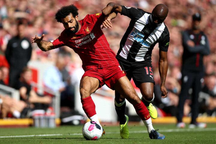 Der aus Frankfurt nach Newcastle ausgeliehene Willems gegen Mo Salah vom FC Liverpool.