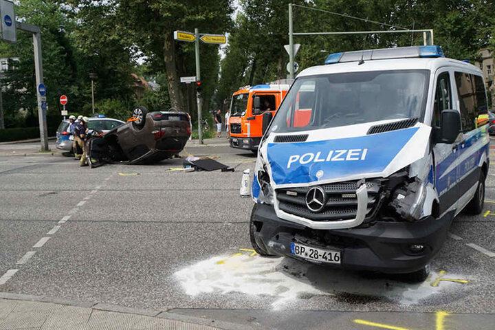 Beide Fahrzeuge sind Totalschäden und blieben auf der Kreuzung stehen.