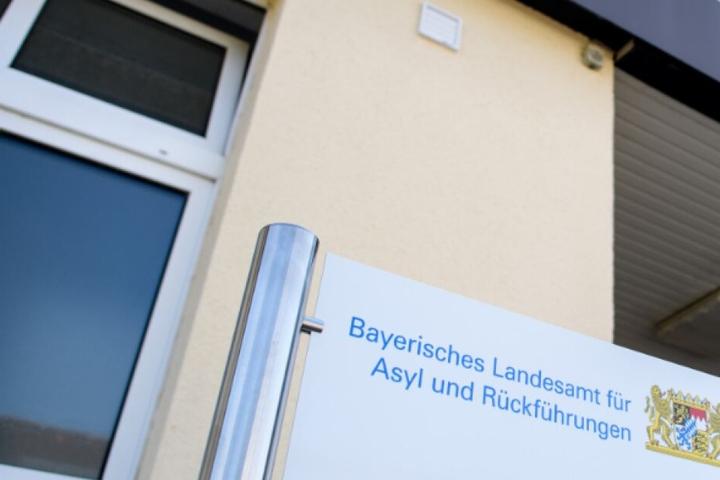 Das Bayerische Landesamt für Asyl und Rückführungen gab bekannt, dass die Personen per Sammelcharter abgeschoben wurden.