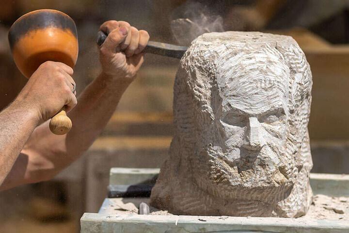 Hommage an den Lehrmeister: Ronny Tschierske (44) arbeitet am Sandstein-Portrait.