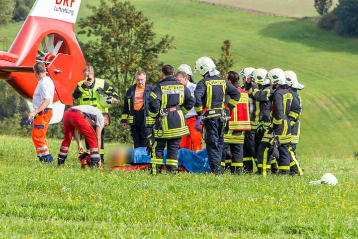 Nachdem der schwer verletzte Jäger aus dem Wald gerettet werden konnte, flog ein Hubschrauber ihn ins Krankenhaus.