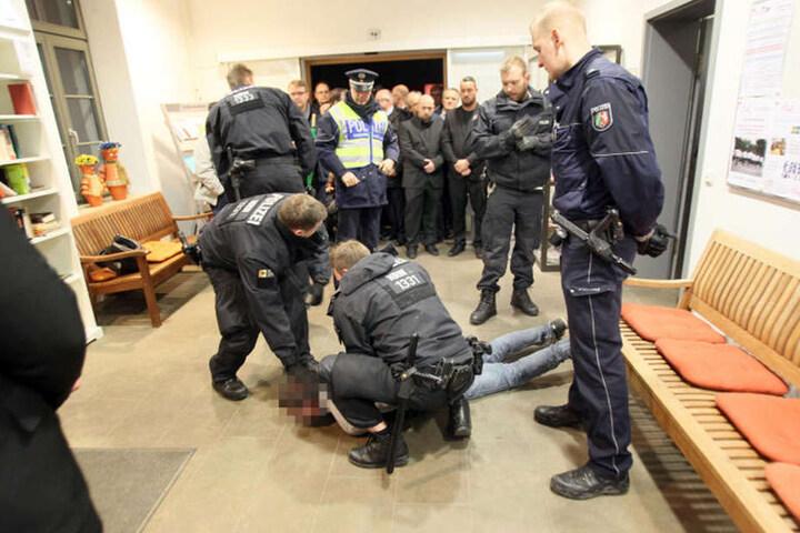 Die Polizei musste einige Demonstranten festnehmen.