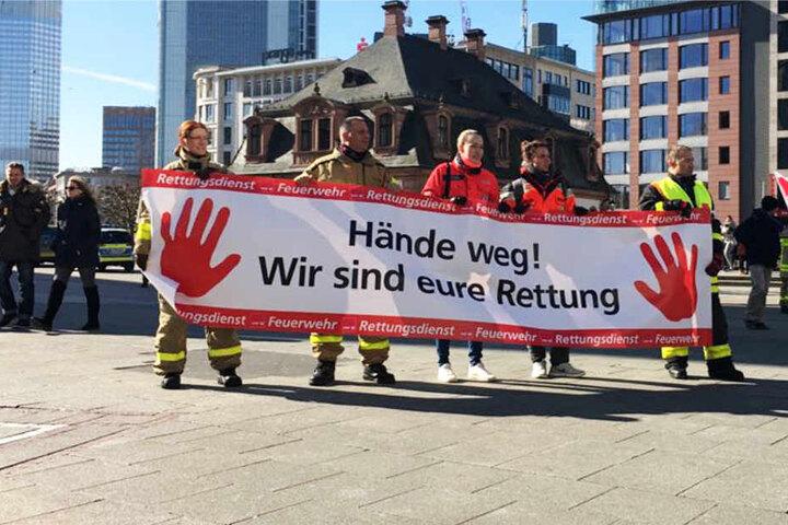 """Das Motto der Demonstration lautete: """"Hände weg! Wir sind Eure Rettung""""."""