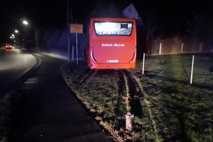 Nachdem der Bus eine Straßenlaterne umgefahren und einen Zaun niedergemäht hatte, kam er an der Mauer des angrenzenden Grundstücks zum Stehen.