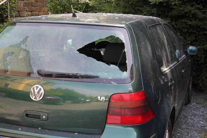 Auch Wagen, die im Umkreis standen, wurden durch umherfliegende Teile beschädigt.