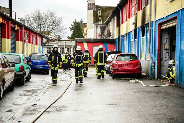 Wegen der Unübersichtlichkeit des Hinterhofs brauchten die Einsatzkräfte, bis sie das Feuer löschen konnten.