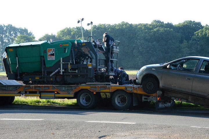 Mit einem Kran wurde der Kleinwagen entfernt.