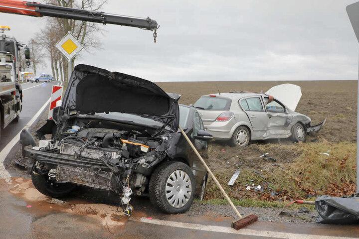 VW und Opel krachten frontal zusammen.