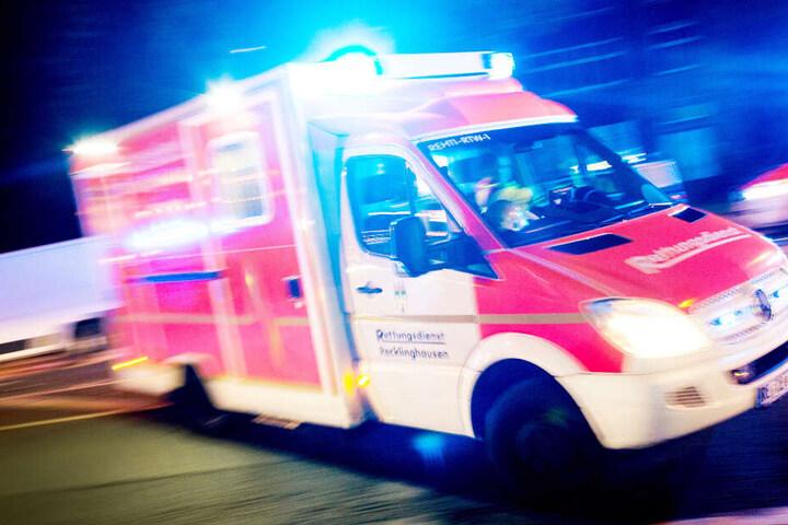 Der verletzte 75-Jährige wurde mit einem Rettungswagen ins Krankenhaus gebracht (Symbolbild).
