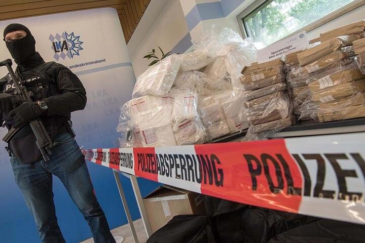 Ein schwer bewaffneter Polizist bewacht etwa 640 Kilo Kokain.