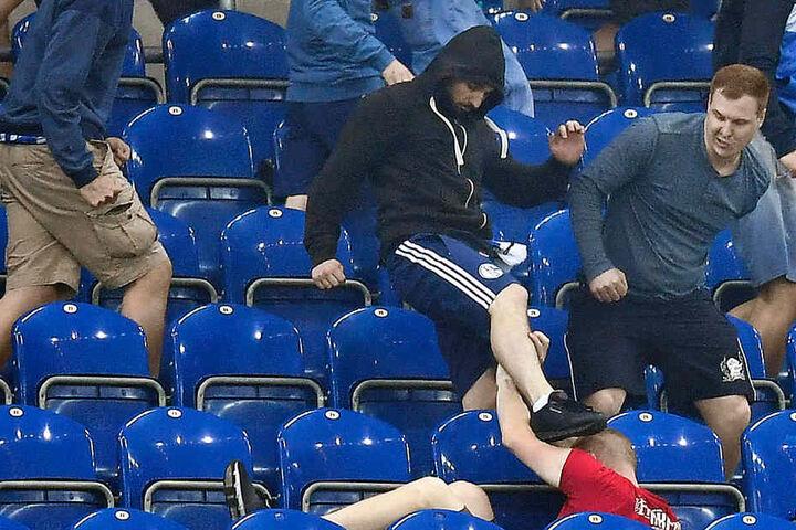 Acht Fans und sieben Polizisten wurden verletzt.