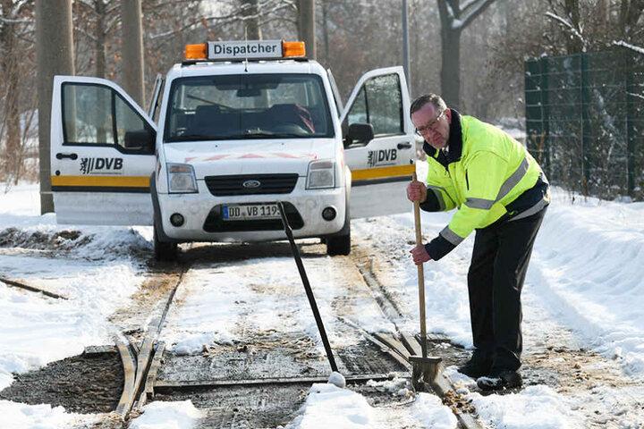 Wenn Schnee und Eis eine Weiche außer Dienst stellen, hilft nur noch  Handarbeit.