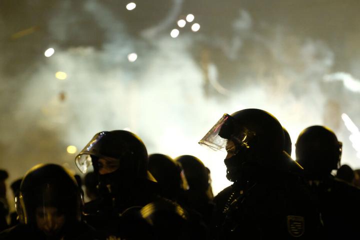 Bereitschaftspolizisten wurden in der Silvesternacht in Connewitz zur Zielscheibe gewaltbereiter Chaoten. Ein Beamter erlitt lebensgefährliche Verletzungen.