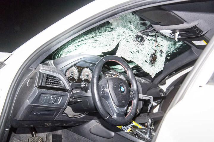 Die Scheibe des Autos ist total zertrümmert.