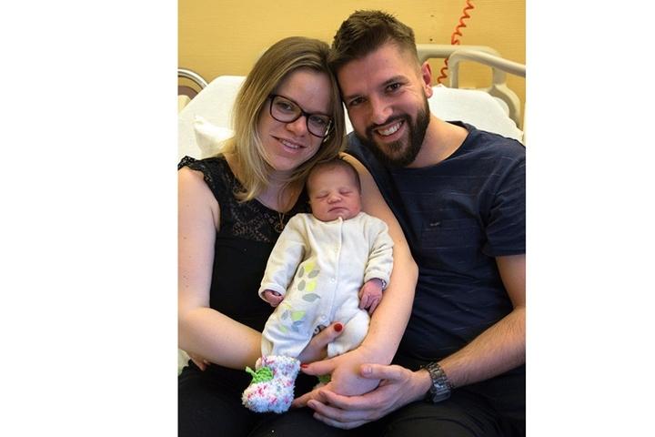 Eine glückliche kleine Familie: Mama Luzie (26), Papa Kevin (30) und das Neujahrs-Mädchen Emmi.