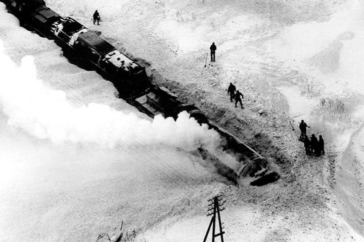 Ganze Züge blieben am Silvestertag 1978 in Schneewehen stecken.