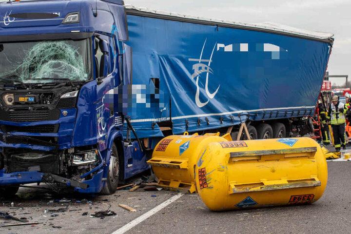 Einer der Laster hatte gefährliche Güter geladen.