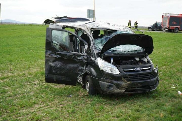 Im Ford saßen bei dem Unfall eine Mutter mit ihren zwei Kindern. Sie wurde alle drei schwer verletzt.