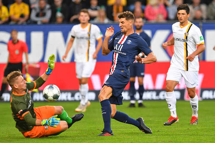 Kevin Broll wirft sich vor PSG-Star Thomas Meunier. Broll scheint derzeit die besten Karten im Torhüter-Dreikampf zu haben.