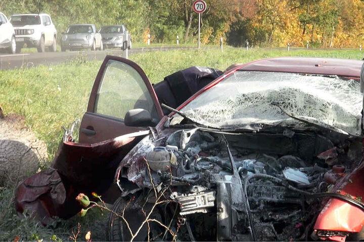 Der Autofahrer war frontal gegen einen Baum geprallt. Für ihn kam jede Hilfe zu spät.