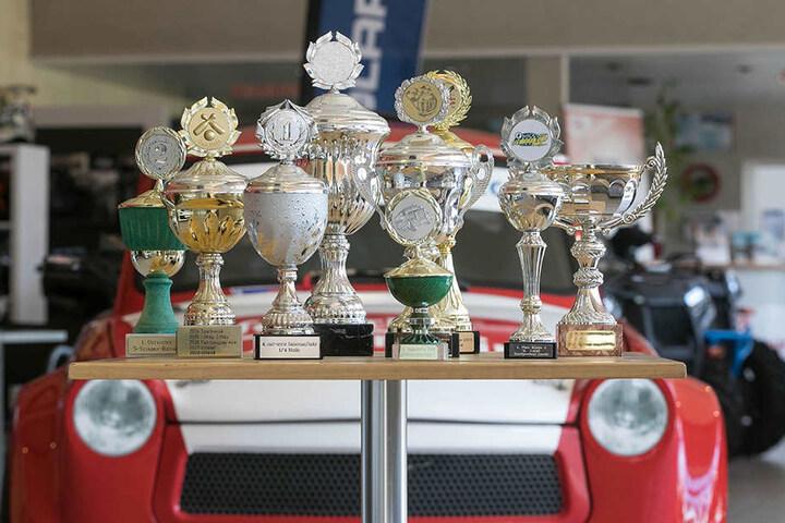 """Jahrelang sahnte der Trabi Pokale bei Rennen ab. Diese sind im Autohaus """"Fahrzeugservice Urland"""" in Strahwalde ausgestellt, wo auch der Trabi steht."""